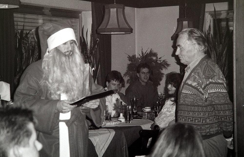 Der Weihnachtsmann (Hans Stenke) liest Walter Brucker die Leviten